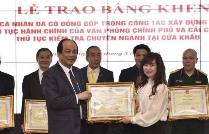 Nhiều công chức hải quan nhận Bằng khen vì đóng góp tích cực cải cách kiểm tra chuyên ngành