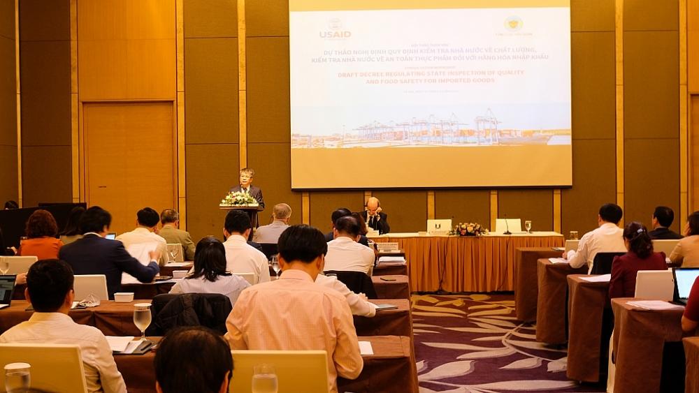 Dự thảo Nghị định quy định kiểm tra nhà nước về chất lượng, kiểm tra nhà nước về an toàn thực phẩm  đối với hàng hóa nhập khẩu được thảo luận tại hội nghị. Ảnh: N.Linh