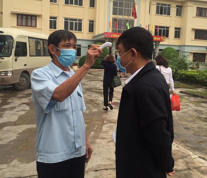 Khách đến làm việc tại các đơn vị của Cục Hải quan Hà Nội phải thực hiện đo thân nhiệt trước khi vào.