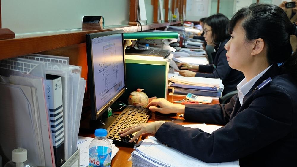 Hoạt động nghiệp vụ tại Chi cục Hải quan cửa khẩu quốc tế Nội Bài. Ảnh: N.Linh