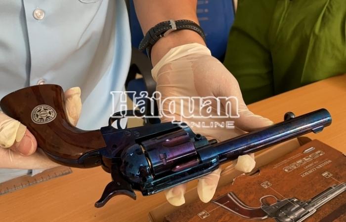 Cận cảnh các lô hàng chứa sản phẩm hình dạng súng và phụ kiện