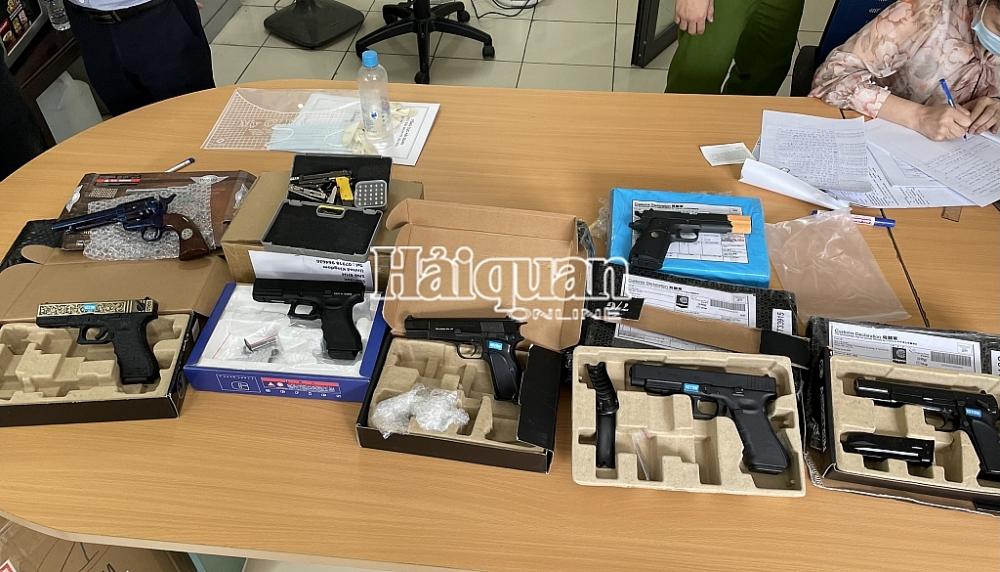 Toàn bộ số tang vật hình dạng súng được kiểm tra, phát hiện trong 97 gói hàng chuyển phát nhanh.
