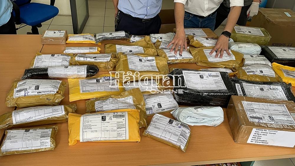 Các gói hàng chứa sản phẩm hình dạng súng và phụ kiện trong các gói bưu kiện.