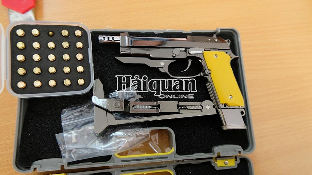 Một gói hàng chứa sản phẩm hình dạng súng và phụ kiện kèm theo.