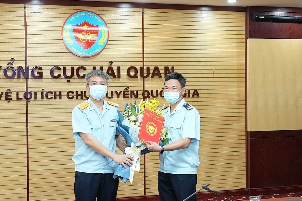 Thừa ủy quyền Phó Tổng cục trưởng Mai Xuân Thành trao quyết định bổ nhiệm ông Đào Duy Tám giữ chức Phó Cục trưởng Cục Giám sát quản lý về hải quan.