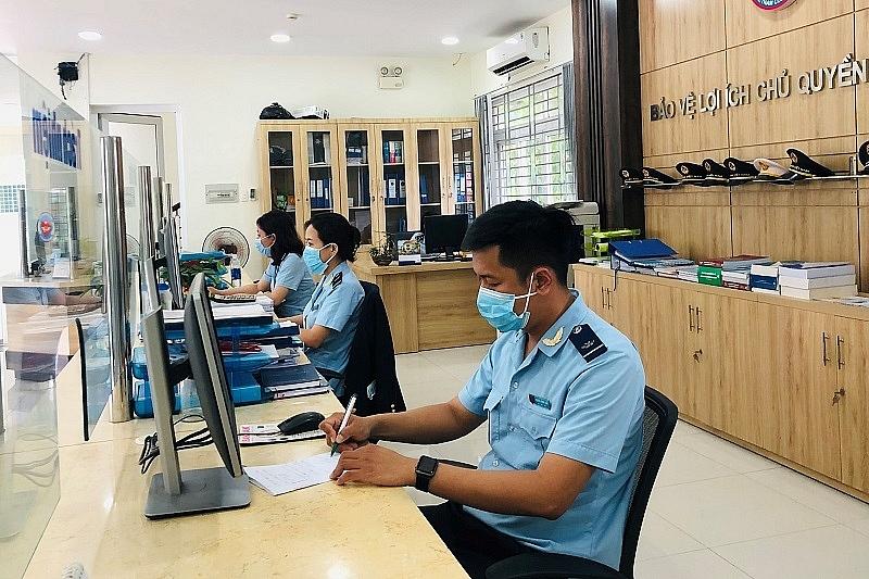 Hoạt động nghiệp vụ tại Chi cục Hải quan KCN Hòa Khánh - Liên Chiểu. Ảnh: Sơn Nguyễn