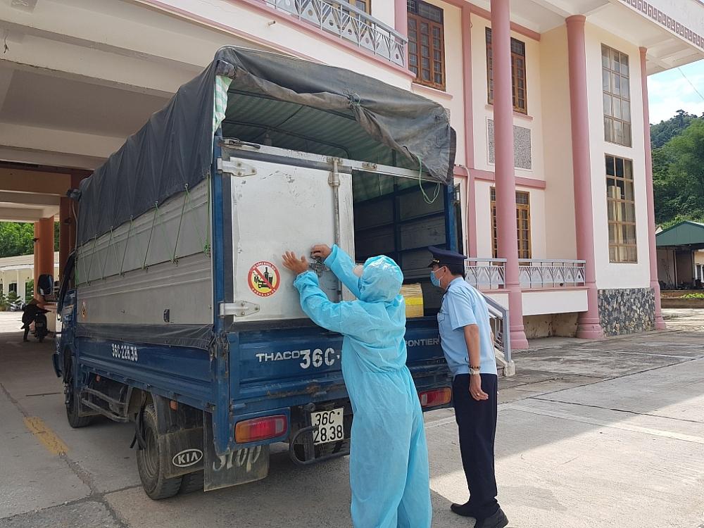 CBCC Chi cục Hải quan cửa khẩu quốc tế Na Mèo (Thanh Hóa) thực hiện các biện pháp phòng chống dịch khi kiểm tra hàng hóa.