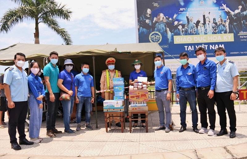 Thanh niên Cục Hải quan Đà Nẵng cùng với Đoàn Khối các cơ quan trao tặng nhu yếu phẩm tại các chốt kiểm soát.
