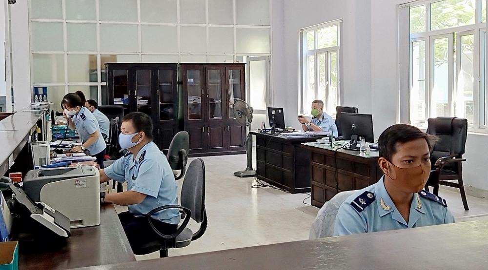 Công chức Cục Hải quan Thừa Thiên Huế thực hiện nghiệp vụ.