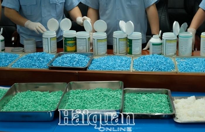 Tặng giấy khen cho 27 cá nhân có thành tích triệt phá 8 đường dây vận chuyển ma túy