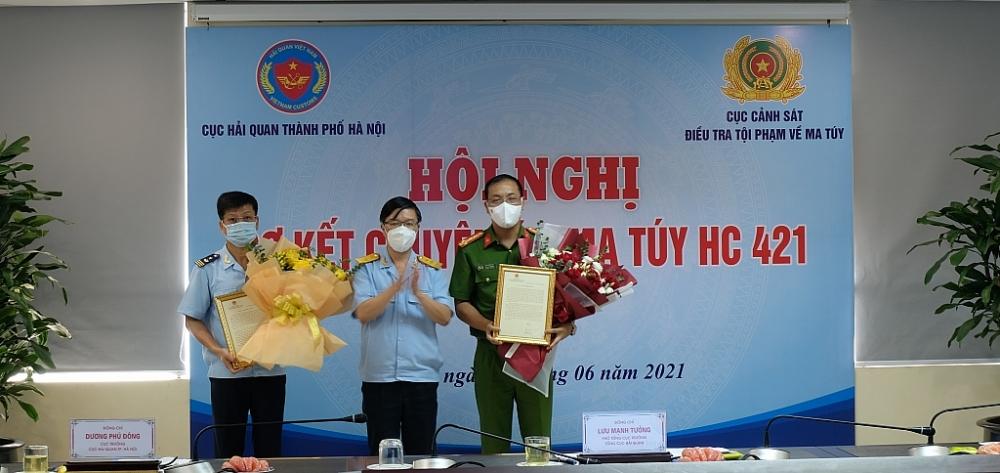 Phó Tổng cục trưởng Tổng cục Hải quan Lưu Mạnh Tưởng thừa ủy quyền trao thư khen của Bộ trưởng Bộ Tài chính tới đại diện Ban chuyên án HC421. Ảnh: N.L