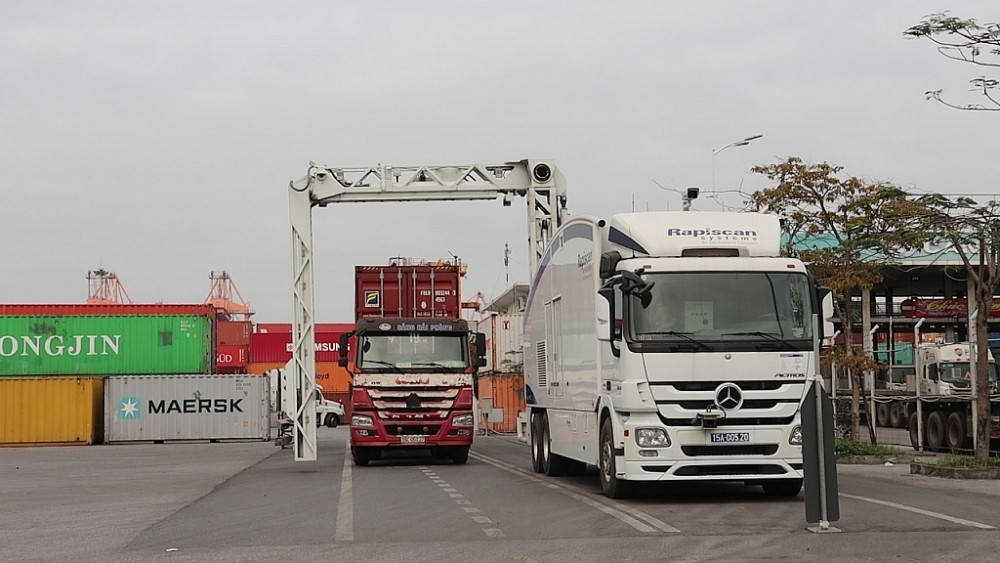 Máy soi container di động thực hiện hoạt động soi chiếu tại cảng Tân Vũ. Ảnh: T.Bình