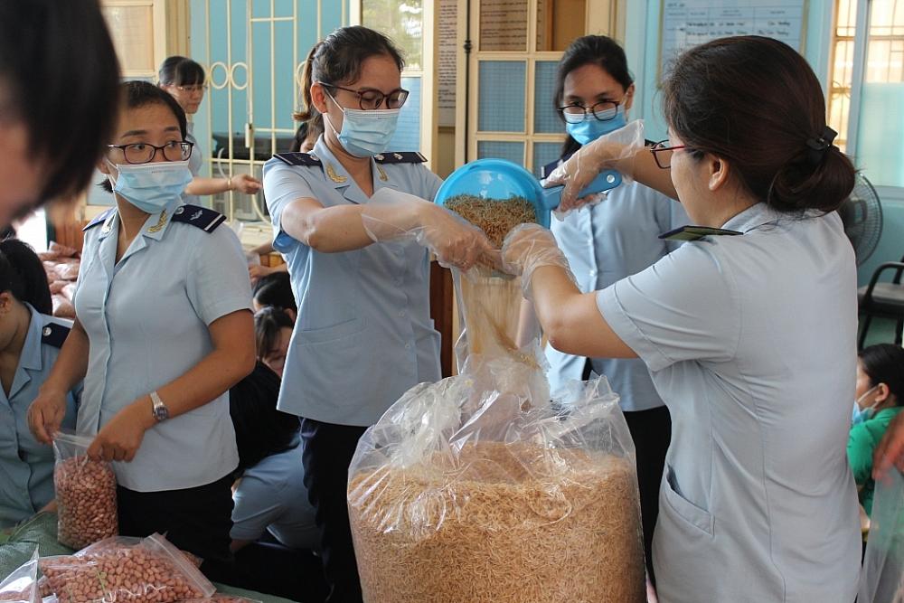 Hải quan Thanh Hóa ủng hộ gần 1 tấn hàng khô cho TP Hồ Chí Minh