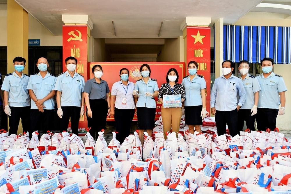 Số quà đã được Cục Hải quan Đà Nẵng trao đến những hộ gia đình gặp khó khăn. Ảnh: Quang Sơn