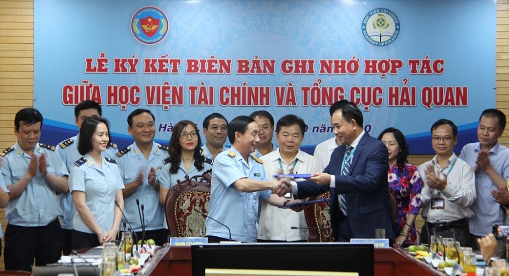 Lãnh đạo hai đơn vị ký kết thỏa thuận hợp tác.
