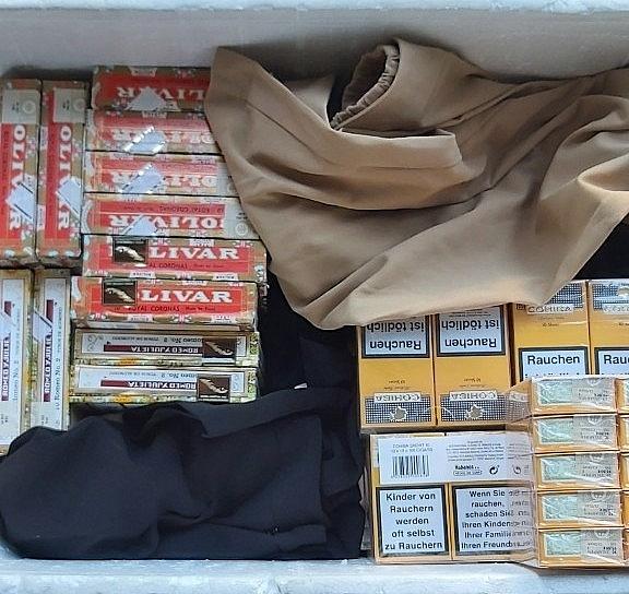 Xì gà, thuốc lá được để lẫn với nhiều mặt hàng khác.