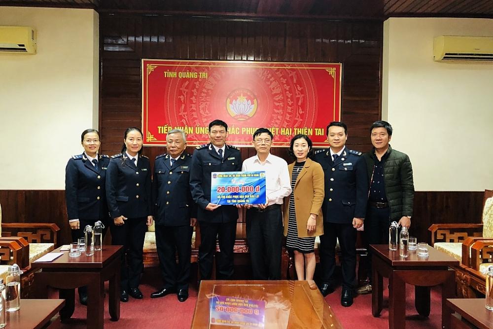 Đoàn công tác Cục Hải quan Đà Nẵng trao quà hỗ trợ tại UBMTTQ Việt Nam tỉnh Quảng Trị. Ảnh: HQDN