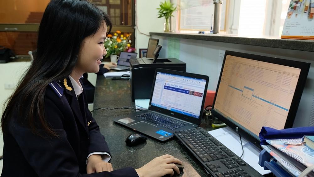 CBCC Chi cục Hải quan cửa khẩu cảng Thanh Hóa thực hiện nghiệp vụ. Ảnh: N.Linh