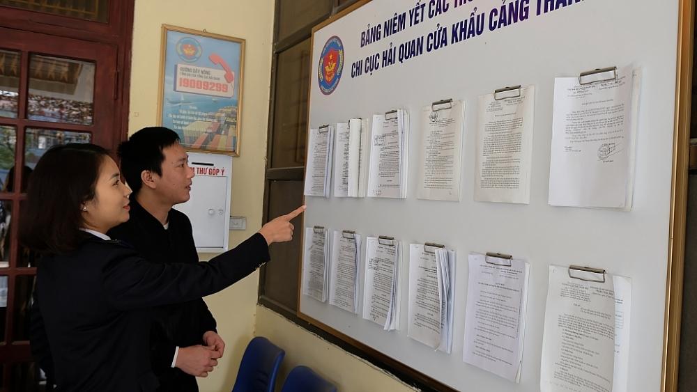 Công chức Chi cục Hải quan cửa khẩu cảng Thanh Hóa hướng dẫn tra cứu chính sách pháp luật mới.