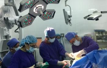 Lần đầu tiên tại Việt Nam bệnh nhân vừa phẫu thuật vừa… hát