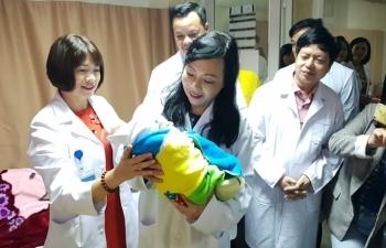 Bộ trưởng Y tế chúc Tết và tặng quà bệnh nhân tại 3 bệnh viện đêm Giao thừa