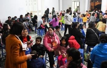 Người dân vẫn ồ ạt đưa trẻ đi xét nghiệm sán lợn