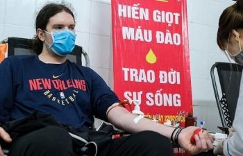 Người nước ngoài hào hứng hiến máu giữa mùa dịch Covid-19