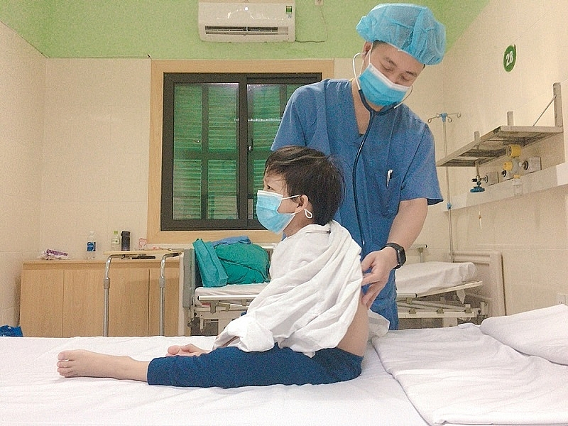 Ths.BS Nguyễn Kim Dần-Phó trưởng khoa Hồi sức tích cực tim mạch và lồng ngực thăm khám cho bệnh nhi trước khi xuất viện. Ảnh: BVCC