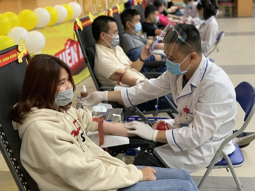 Mặc dù vẫn đang chịu ảnh hưởng bởi dịch Covid-19, nhưng rất đông bạn trẻ đã đến hiến máu. Ảnh: DN