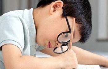 Cảnh báo 3 triệu trẻ em Việt mắc tật khúc xạ cần được chỉnh kính