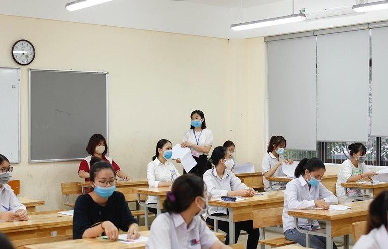 13 thí sinh bị đình chỉ do mang điện thoại và tài liệu vào phòng thi