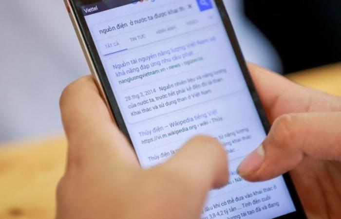 Trước cũng không cấm, sao giờ phải ra quy định không cấm học sinh dùng điện thoại?