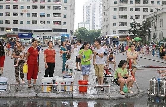 Sau khi nước sinh hoạt nhiễm bẩn, nhiều khu vực của Hà Nội lại mất nước