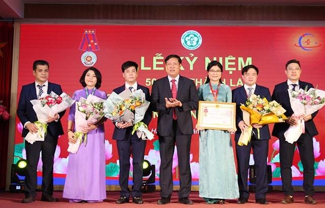 Trung tâm Y học hạt nhân và ung bướu nhận Huân chương lao động hạng Nhất