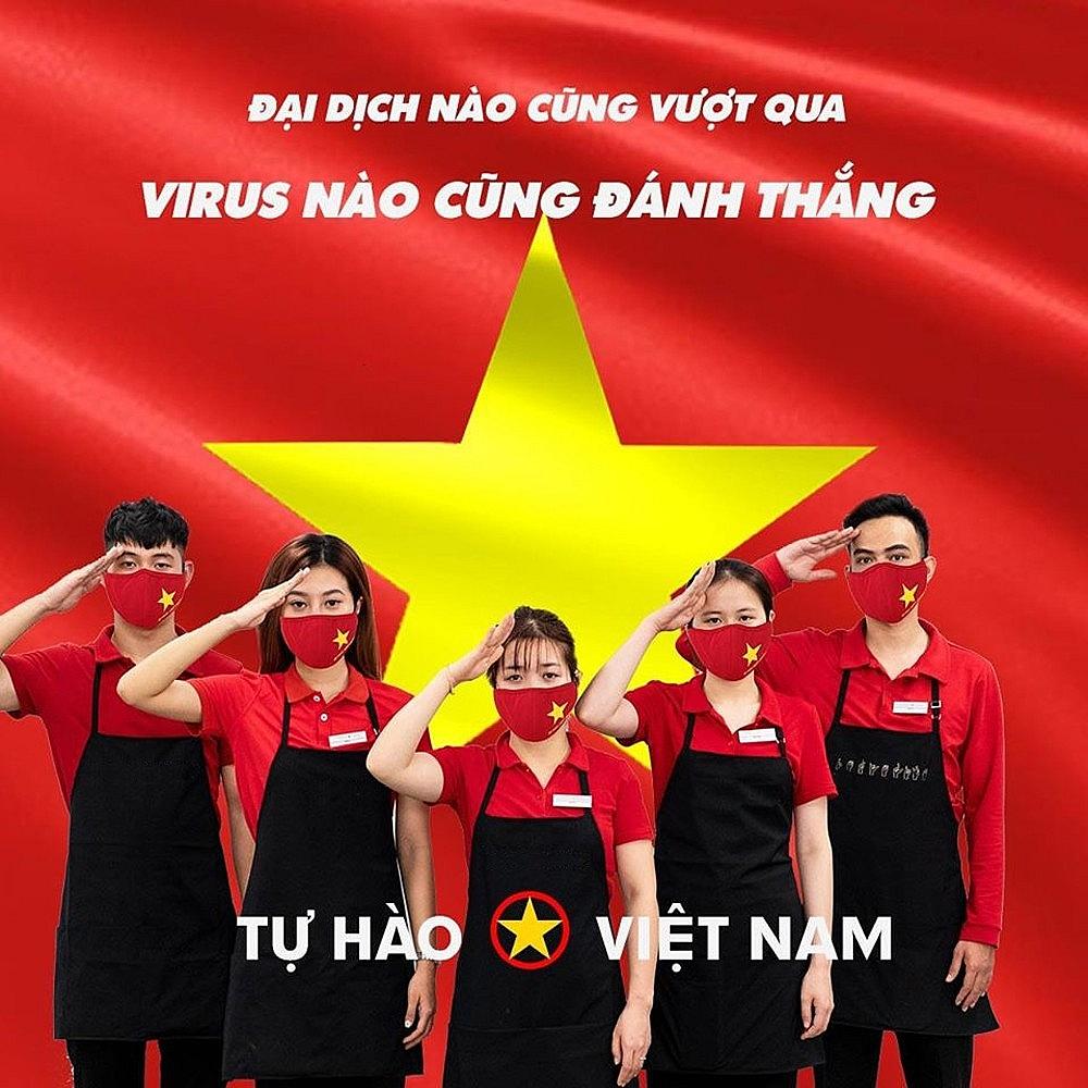 Thông điệp chống dịch Covid-19 qua chiếc khẩu trang có in hình cờ đỏ sao vàng