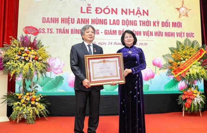 Giám đốc BV Hữu nghị Việt Đức nhận danh hiệu Anh hùng Lao động