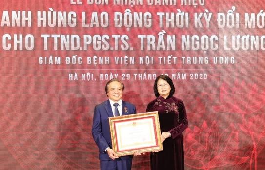 Giám đốc BV Nội tiết Trung ương nhận danh hiệu Anh hùng Lao động