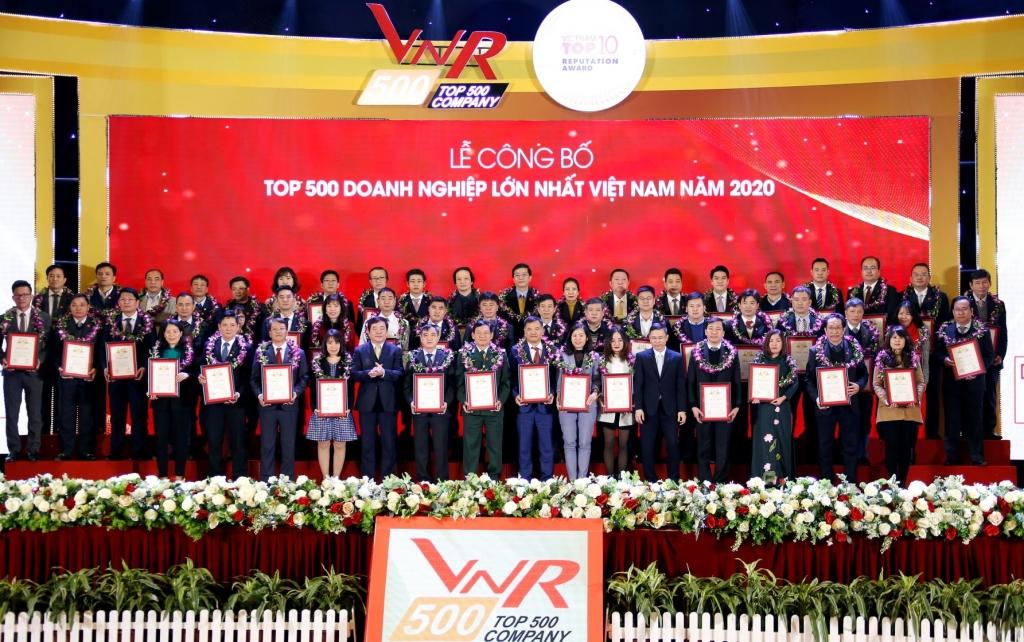 Đại diện Tập đoàn Đất Xanh nhận giải tại Lễ công bố Bảng xếp hạng VNR500 - Top 500 doanh nghiệp lớn nhất Việt Nam năm 2020.