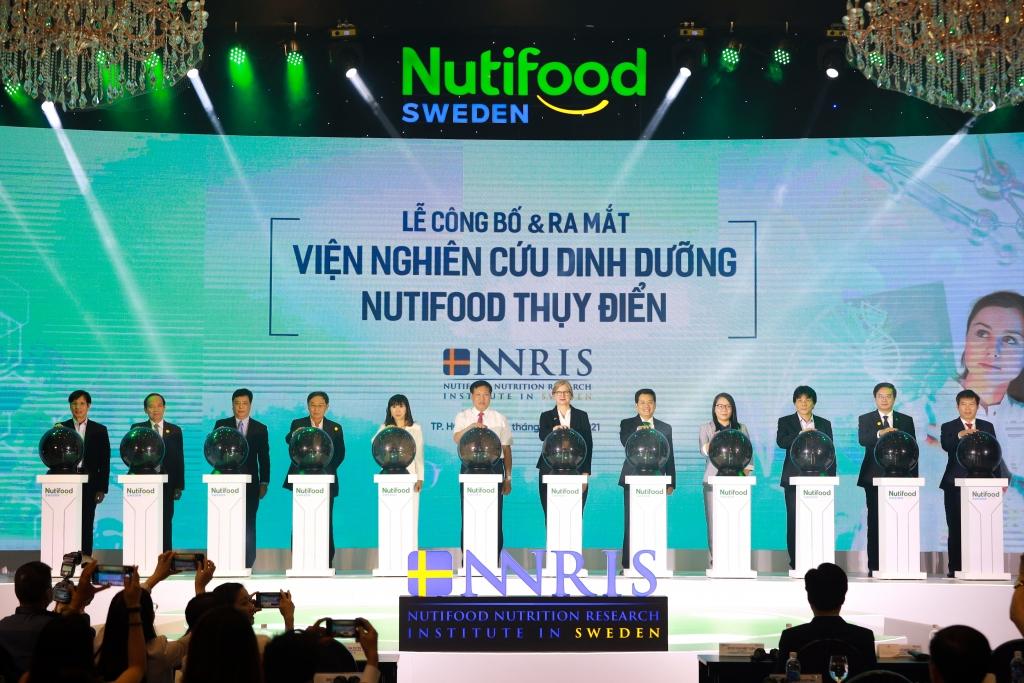 Lễ công bố và ra mắt Viện Nghiên Cứu Dinh Dưỡng NutiFood Thuỵ Điển (NNRIS) với sự có mặt của Thứ trưởng Bộ Y Tế Đỗ Xuân Tuyên và Bà Ann Mawe, Đại sứ Thụy Điển tại Việt Nam