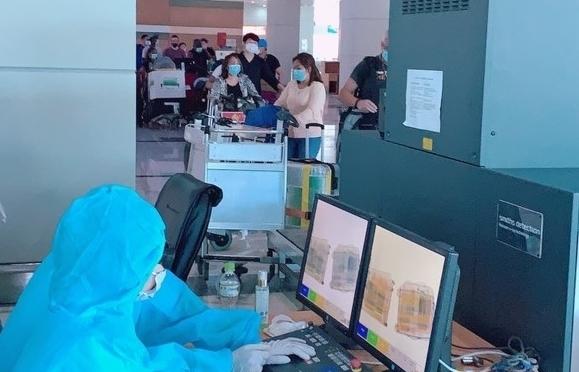 Hải quan Phú Quốc làm thủ tục nhập cảnh cho hơn 100 chuyên gia