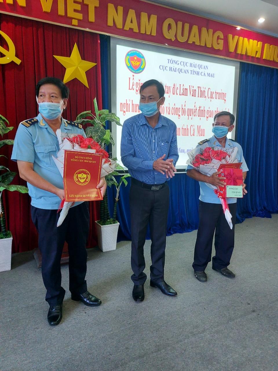 Ông Lương Trọng Quyền, Phó Trưởng ban thường trực Ban Tổ chức Tỉnh ủy trao quyết định cho ông Lâm Văn Thời và ông Nguyễn Minh Chiếm