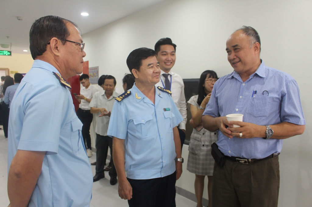 Ông Võ Ngọc Tám, cục trưởng Cục Hải quan TP.Cần Thơ trao đổi với DN trong giờ giải lao hội nghi