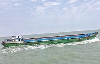 Tạm giữ tàu vận chuyển trái phép 300 tấn phân lân