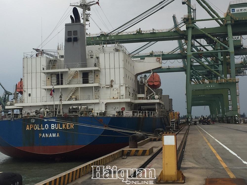 Tàu hàng bốc xếp dỡ hàng hóa tại cảng Sơn Dương ngày đầu năm mới. Ảnh: P. Trâm