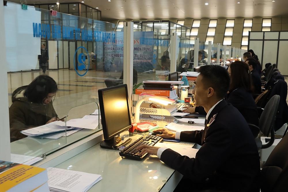 CBCC Hải quan Hữu Nghị hướng dẫn DN làm thủ tục hải quan. Ảnh: H.Nụ
