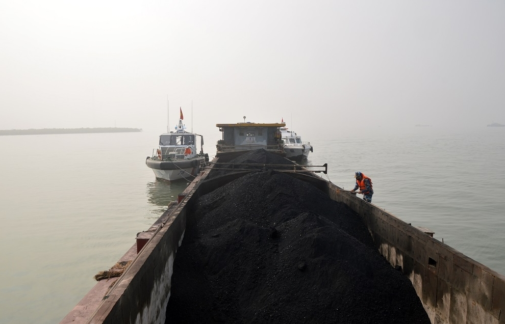 Cảnh sát biển tạm giữ tàu chở 500 tấn than không rõ nguồn gốc
