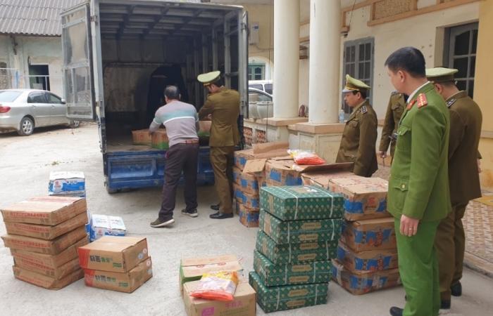 Tóm gọn ô tô tải vận chuyển hơn nửa tấn thực phẩm nhập lậu