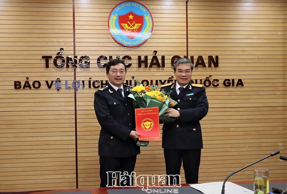 Thừa ủy quyền, Phó Tổng cục trưởng Nguyễn Dương Thái trao quyết định giữ chức Cục trưởng Cục CNTT và TK hải quan cho ông Lê Đức Thành. Ảnh: H.Nụ