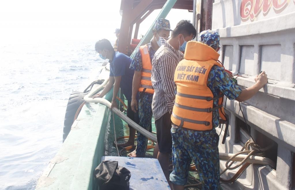 Cảnh sát biển cứu nạn thành công tàu cá gặp nạn tại vùng biển Tây Nam