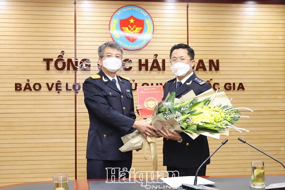 Thừa ủy quyền Phó Tổng cục trưởng Mai Xuân Thành trao quyết định bổ nhiệm ông Trần Việt Hưng giữ chức Phó Vụ trưởng Vụ Pháp chế- Tổng cục Hải quan. Ảnh: H.Nụ